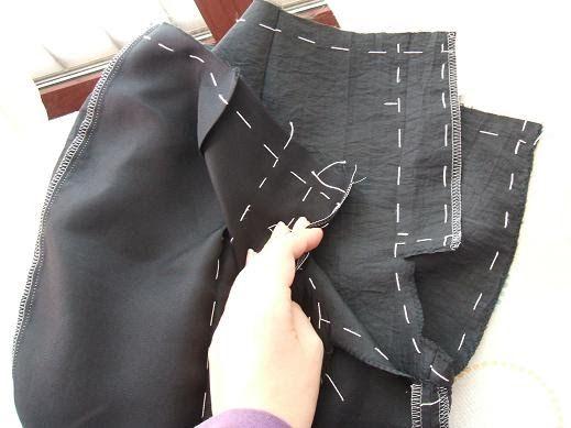 Olá Amigas! Prosseguindo a confecção dos calções, chegou a altura de costurar o fecho com carcela; como tudo na costura, há várias maneiras ...