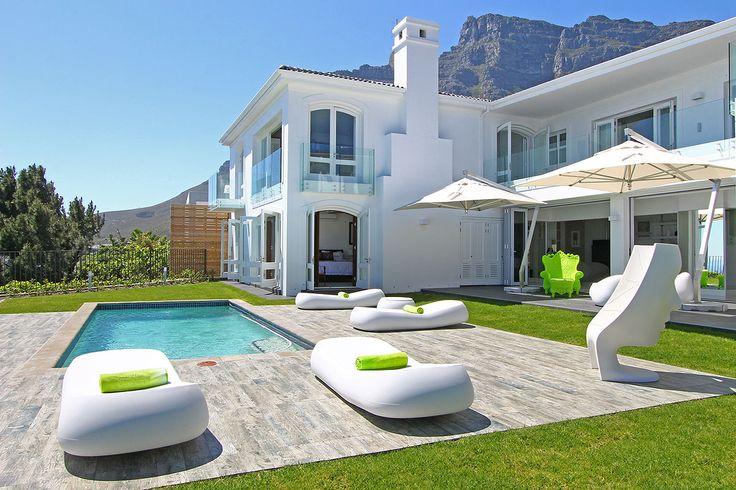 La Maison Hermes -  Une villa luxueuse de 6 chambres originales située à Camps Bay, avec jardin, piscine, salle de cinéma et vue sur l'Océan Atlantique.