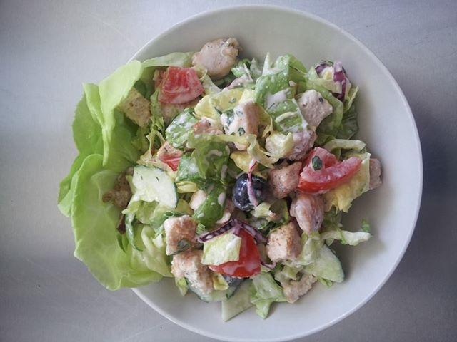 salata greceasca de pui cu dressing de iaurt