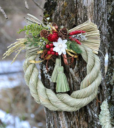 しめ飾り     Japanese wreath with shimekazari, sacred Shinto rope of rice straw, during the New Year's season to ward off evil spirits