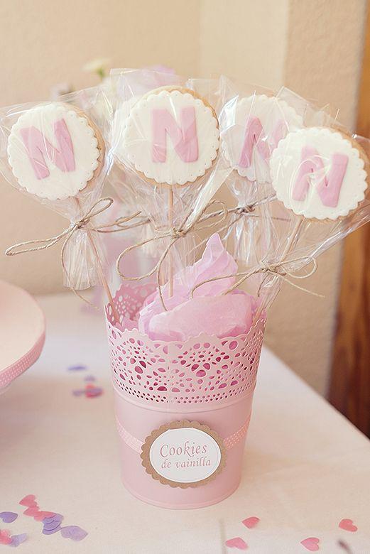 Galletas decoradas con fondant para una mesa dulce en tonos rosa, para el bautizo de una nena.