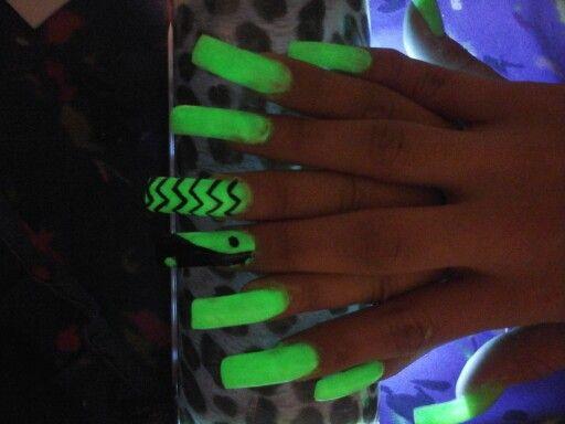 Uñas Neón verde con decoración negra