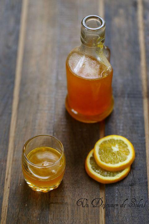 Sirop à l'orange maison:Mélanger 1L de jus fraîchement pressé de bonnes O avc 600,700g de S ds 1cass,porter à petite ébullition de manière à ce que le S fonde,cuire 20mn en écumant si besoin,le tps que le jus devienne plus dense et sirupeux (il doit napper la cuillère), ajouter une pincée de cannelle (facultatif),filtrer et verser ds 1 bouteille bien propre (éventuellement stérilisée au four à 130°C pendant 15 minutes):laisser refroidir puis garder au frais;il se garde bien au frais 1à2…