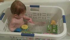 Wo keine Babybadewanne vorhanden, soll auch ein Wäschekorb funktionieren.