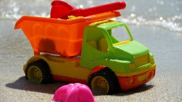 Мультфильм про грузовик и формочки на пляже - едем на море с детьми http://video-kid.com/10873-multfilm-pro-gruzovik-i-formochki-na-pljazhe-edem-na-more-s-detmi.html  Развивающее видео для детей, летнее видео про то, как весело на море! Как мы собирали сумку на пляж, как игрушечный грузовичок привозил нам воду, чтобы мы могли делать и считать куличи из песка, какие красивые и разноцветные могут быть формочки и другие пляжные игрушки...Смотрите другие летние мультфильмы про пляж, море и…