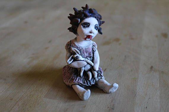 Carmilla bambina vampiro con coniglietto bianco,scultura gotica horror, pezzo unico ceramica artistica fatta a mano in Italia da ClaylArt
