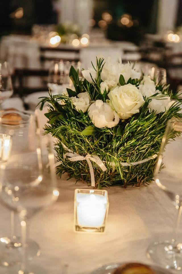 Centrotavola con erbe aromatche, rose e peonie bianche