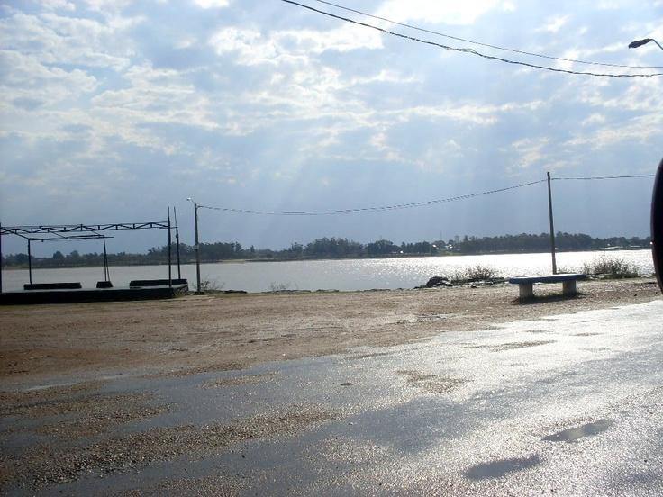 Vista del Río Uruguay desde la Rambla del Parque Artigas de la ciudad de Bella Unión, en una tarde entre lluvia y sol. En la otra orilla, la localidad de Montecaseros, República Argentina.