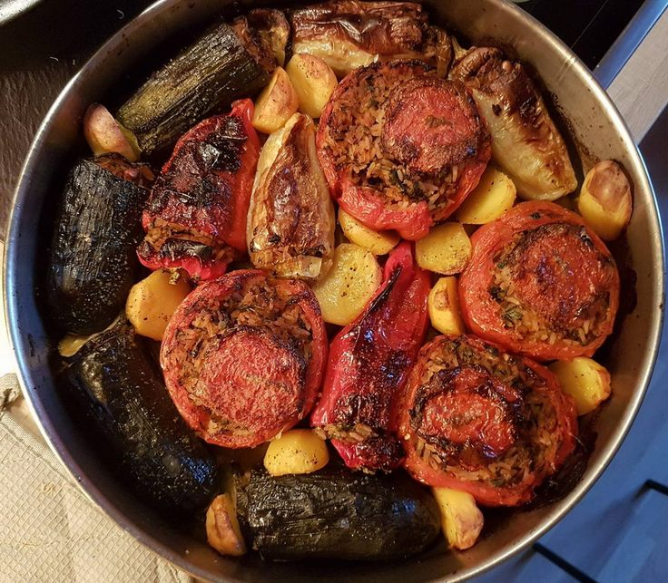 """Kochen für Freunde: Spyridoula begeistert mit hinreissenden """"Gemistá"""" - mit Reis, Korinthen, gerösteten Pinienkernen, Petersilie und Minze gefülltes Gemüse aus dem Ofen mit reichlichen Mengen von ihrem Weltklasse-Olivenöl."""