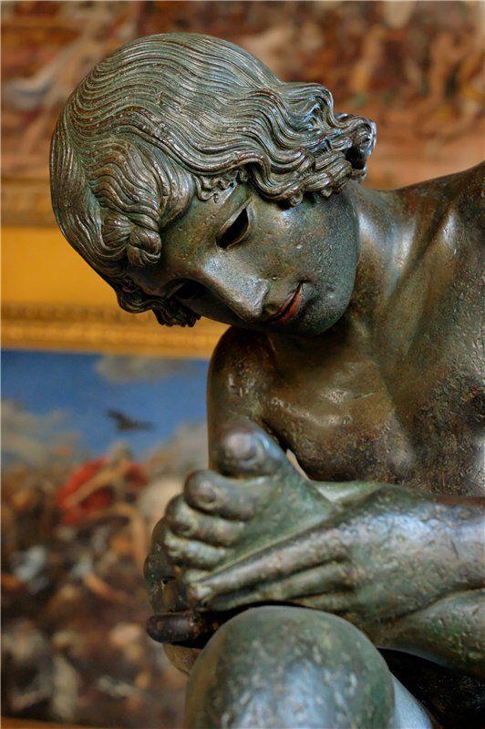 Мальчик, вынимающий занозу. Бронзовая римская копия с греческого оригинала около 50 г. до н. э. Капитолийские музеи,  Палаццо Консерваторов. Эта статуя была известна с 12 века, а в 1471 году была подарена папой Сикстом  IV Риму. Пленник Красоты - Spinario