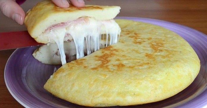 Domácí Mexická tortilla plněná šunkou! Je připravená během chvilky!  -500 g vařených brambor – 150 g mouky – 1 vejce – 100 g šunky – 100 g sýru – sůl a pepř podle chuti – rostlinný olej Brambory si nejdříve uvaříme a uděláme si kaši, přidáme vejce a mouku. Těsto si vytvarujeme do placky a dáme na pánev vymazanou olejem. Placku pokryjeme vybranými ingredienciemi (šunka, sýr, sůl, pepř atd.). Plnění přikryjeme druhou částí těsta. Pečme z obou stran dozlatova!