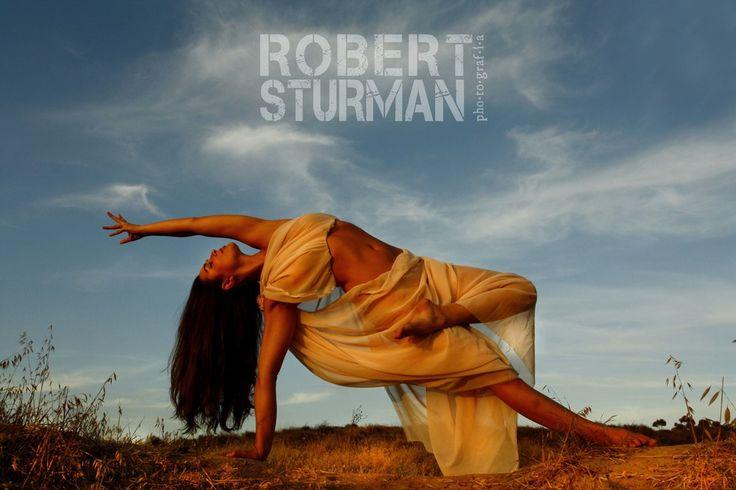 Фотограф и художник из Калифорнии, Роберт Стурман, путешествует по миру, фотографируя городские пейзажи, музыкантов, атлетов, сёрферов. Однако особую славу ему принесли его удивительные фотографии йоги. Ему удаётся запечатлеть не только красоту человеческого тела, но и поэзию асан. Роберт фотографирует людей, практикующих йогу, с 2003 года, когда он сам начал заниматься йогой.