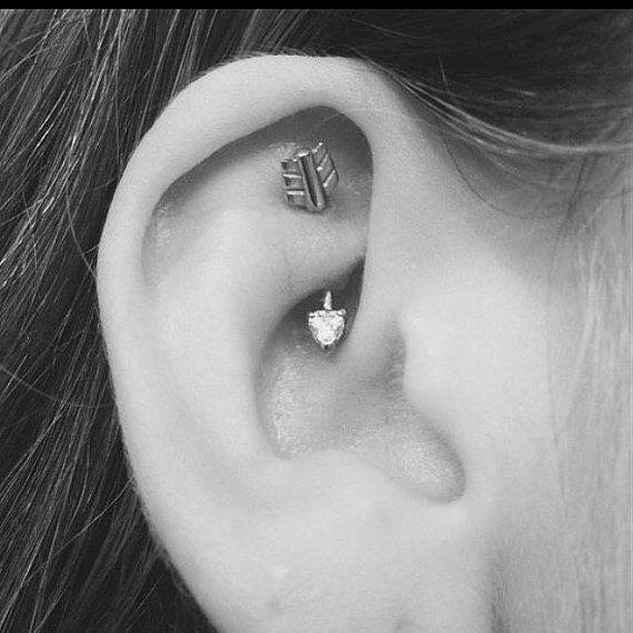 Zilveren pijl met duidelijke crystal hart toren earring, daith piercing, wenkbrauw ring. De halter is 16 gauge en chirurgisch staal dat is 5/16(8mm) lang. Komt in een geschenkdoos. Voor meer wenkbrauw ringen / daith piercings / toren oorbellen Klik hier: https://www.etsy.com/shop/MidnightsMojo?section_id=13846852&ref=shopsection_leftnav_10 Voor belly button rings: http://www.etsy.com/shop/MidnightsMojo?section_id=1127...