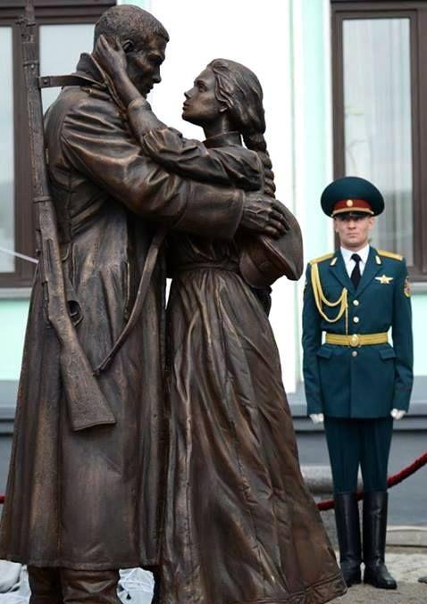 В Москве на площади Белорусского вокзала открыли памятник «Прощание славянки» 2014
