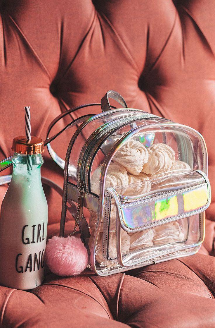 Mini mochila transparente com dois compartimentos. Alça regulável , vem com pompom . Medidas : 25 cm de altura         23 cm de largura         10 cm de profundidade  Fabrica no Brasil