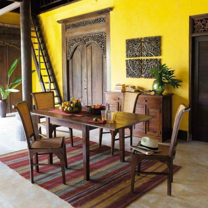 decoracion salon, comedor rústico con mesa de madera rectangular, sillas tejidas, suelo de baldosas, alfombra. escaleras, pared amarilla