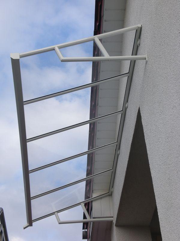 Das Vordach Hamburg ist ein Pultdach aus gepressten Aluminium Profil. Es ist ein Modell auf Konsolen dessen Seiten offen sind.