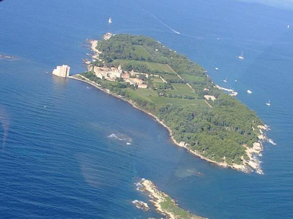 Siège du monastère du même nom. L'île Saint-Honorat est l'une des deux îles de Lérins situées en face de Cannes dans les Alpes-Maritimes.  Elle est la plus éloignée de la côte et la plus petite des deux îles. Longue de 1 500 m, large de 400 m, elle présente une côte basse moins accueillante que l'île Sainte-Marguerite, dont elle est séparée par un étroit chenal dit : « plateau du Milieu ». Elle est boisée de pins maritimes et de superbes pins parasols.  L'île Saint-Honorat a toujours eu une…