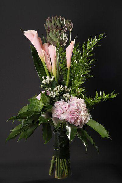 Цветы, букет из срезанных цветов с корягой