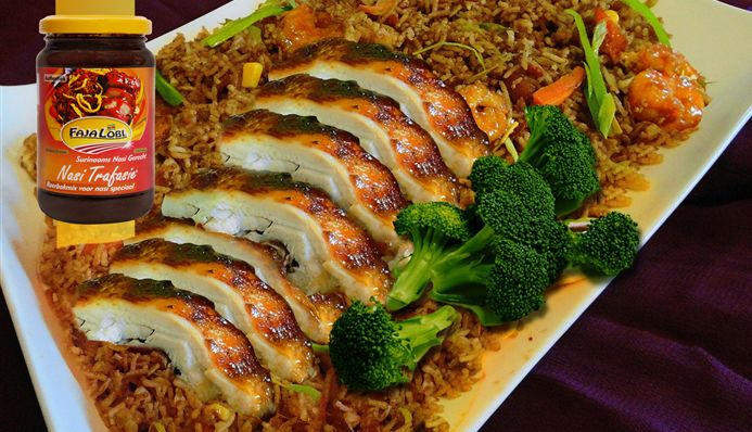 Surinaams eten – Surinaamse nasi met geroosterde kip, seafood en boompjes