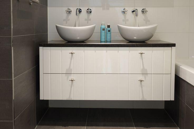 FIJRI-badkamermeubel-hoogglans-wit- hardstenen-blad-opzet-waskommen.jpg