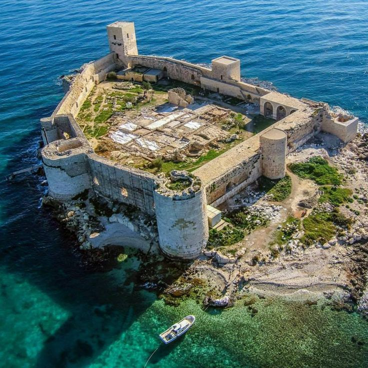 History from the middle of the sea: Kızkalesi in Mersin! 23 km from Erdemli, this castle in blue flag waters is the perfect place to enjoy the clean sea and the legends that have come out of them!