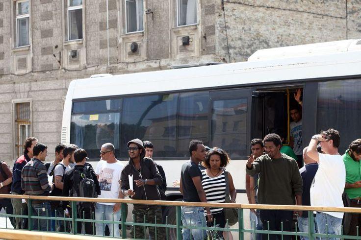 Vonatról mosolygó kisgyerekek – menekültek Szegeden http://www.nlcafe.hu/foto/20150722/szeged-menekultek/