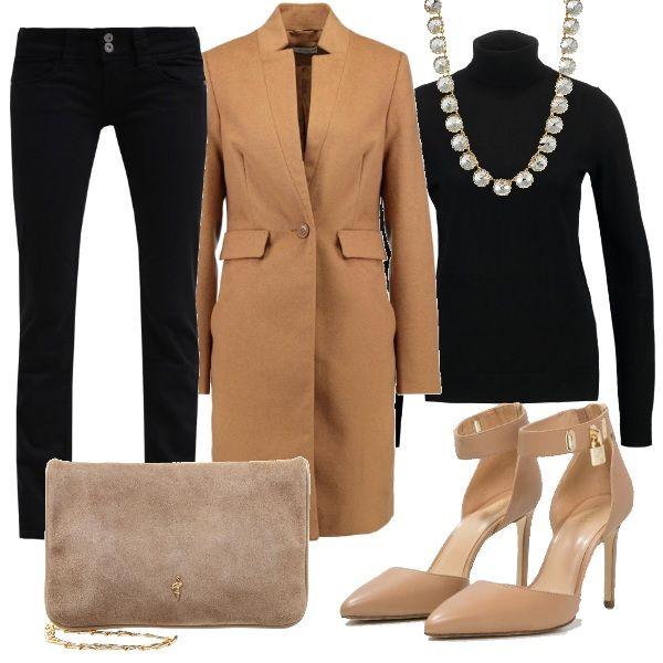 Due elementi basic come i pantaloni ed il dolcevita nero diventano chic abbinati al cappotto classico color cammello ed alle scarpe con il tacco in tinta. Completano il look la pochette scamosciata e la collana che dona luce.