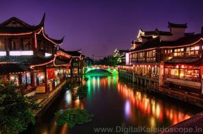 """Qibao ležiace v západnom predmestí Šanghaja je malým vodným mestom. Starobylá štvrť je známa ako čínske Benátky alebo mesto siedmych pokladov. Názov jej dal miestny chrám """"Qibao Temple""""."""