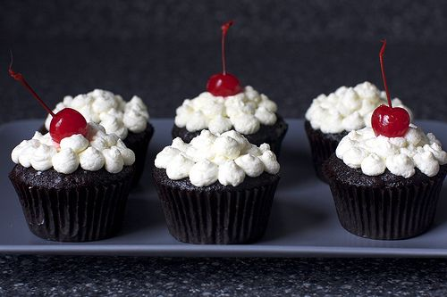 Perhaps if I pin these, I'll be reminded to make them. Rootbeer Float cupcakes