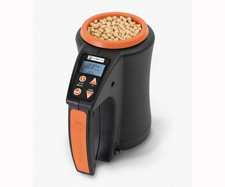 Die Firma Dickey-john präsentiert das erste tragbare Feuchtigkeitsmessgerät. Die Messung arbeitet mit der 149MHz Technologie und soll den Messfehler per integrierter Waage und direkter Temperaturkompensation reduzieren.