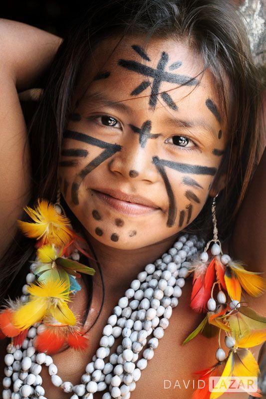 Como una niña Serí pinto en mi rostro las constelaciones de mi vida.Amazon young girl. Photo by David Lazar.