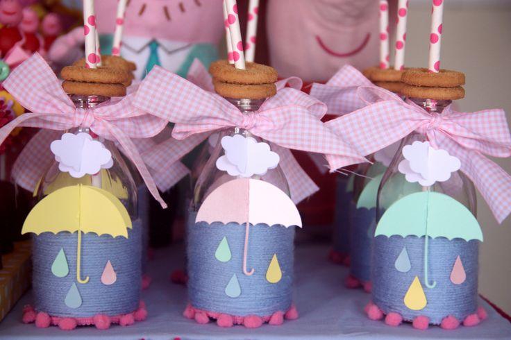 Garrafinhas decoradas com fitas, lã, biscoitos, canudos e guarda chuva em scraps.