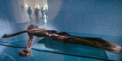 A vítima desconhecida, apelidada de Ötzi, foi literalmente armazenada no seu museu há um quarto de século. Muitas vezes chamado de Iceman, ele é a múmia mais perfeitamente preservada do mundo, um companheiro de idade de cobre que tinha sido congelado dentro de uma geleira ao longo da fronteira do norte da Itália com a Áustria até que o aquecimento da temperatura global derreteu o gelo e dois caminhantes descobriu-o em 1991.  #NotíciasEstranhas #FatosCuriosos #Crimes #Arquelogia