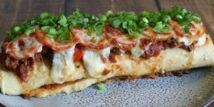 Lækker stor madpandekage i ovn med oksekødsfyld og ost. Mums!