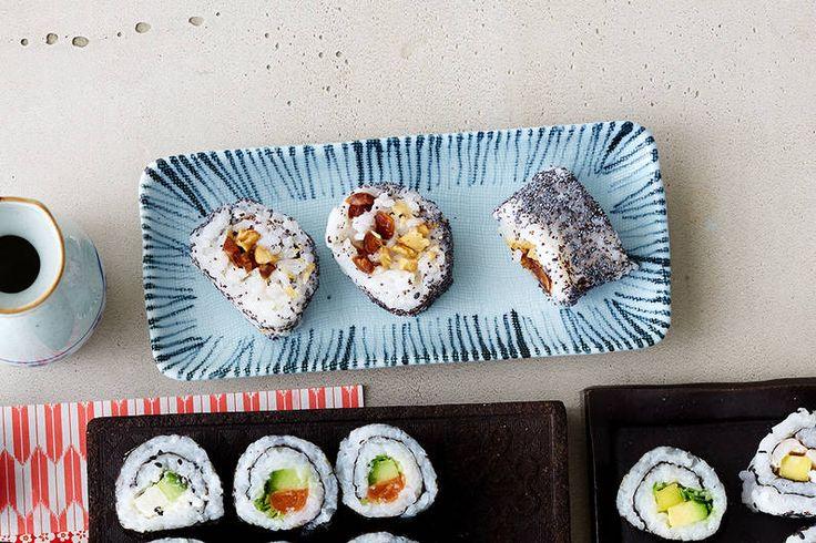 Das Rezept für Spicy Tuna Roll mit Rucola und Röstzwiebeln mit allen nötigen Zutaten und der einfachsten Zubereitung - gesund kochen mit FIT FOR FUN