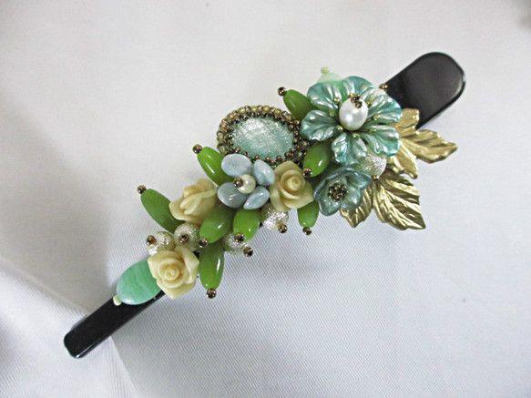 長さ 約 12 cm樹脂系のお花を使い緑を主体としたヘアクリップを作りましたグリーンのカボションも美しいですオリーブ色のパーツはオリーブジェイドです接着剤など... ハンドメイド、手作り、手仕事品の通販・販売・購入ならCreema。