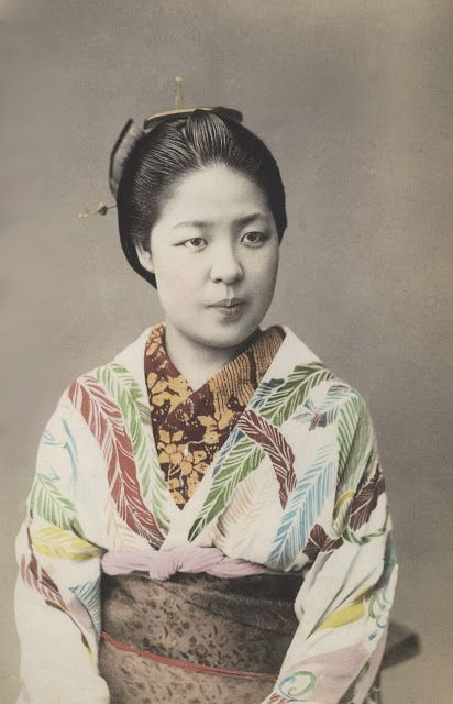 In her beautiful kimono. Hand-colored photo, about 1900, Japan