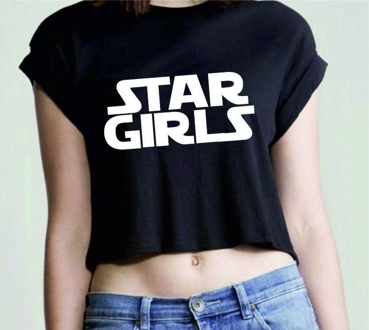 La t-shirt Star Girls è una chiara citazione cinematografica disponibile in 2 colori: bianco e nero. La stampa è a effetto serigrafico. 100% cotone organico. Vestibilità loose, maniche arrotolate e taglio femminile più corto.