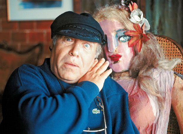 Θύμιος Καρακατσάνης (1940 – 2012): Έλληνας ηθοποιός και σκηνοθέτης του θεάτρου, που διακρίθηκε κυρίως σε αριστοφανικούς ρόλους. Άνθρωπος με έντονη προσωπικότητα, έλεγε δυνατά τη γνώμη του και υπερασπιζόταν με πάθος τις απόψεις του.
