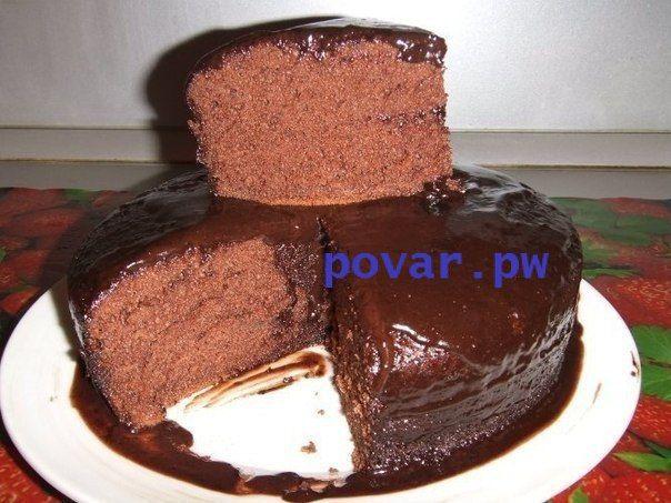 Шоколадное кухэ в мультиварке  Легкий, но насыщенный отличным вкусом шоколада, кухэ, несомненно, понравится любому, кто его попробует.  Нам понадобится:  Яйца – 4 шт. Сахар – 300 г. Растительное масло без запаха – 200 мл. Молоко – 200 мл. Мука – 400 г. Какао – 4 ст.л. Ванилин – 2 пакетика Разрыхлитель – 2 ч.л.  Способ приготовления:  4 яйца выльем в миску. Добавим в них сахар (200 г). Взобьем миксером до состояния пены. В другую емкость выливаем молоко, 200 мл растительного масла, 100 г…