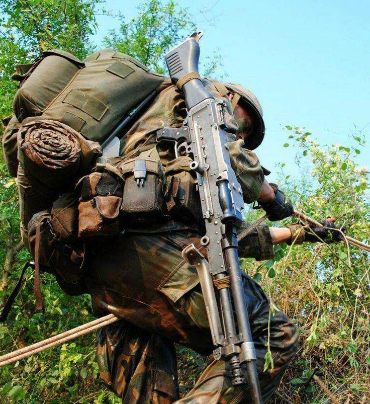 Argentine Army Jungle Huntsmen carrying his M240 machine gun.