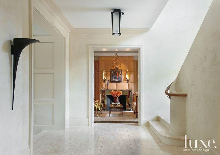 Фойе с изогнутой кремового цвета лестницы - luxesource.com