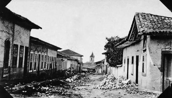 1862 - A rua Quintino Bocaiúva foi inicialmente conhecida pelo nome de rua do Padre Tomé, devido ao cônego Tomé Pinto Guedes que aí residia por volta de 1765. Depois passou a ser chamada de Rua da Cruz Preta, pois na esquina com a antiga Rua da Freira, agora conhecida como Rua Senador Feijó ergueu-se uma grande cruz de madeira pintada de preto. Após a visita da família real a São Paulo, foi chamada de Rua do Príncipe. O nome atual é de 1916. Ao fundo a torre da igreja da Misericórdia.