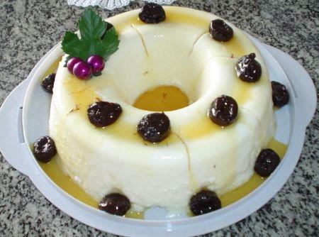 O manjar branco é uma das receitas mais simples da culinária, porém, é uma das mais gostosas. Macio, no ponto certo, geladinho e com a calda de ameixas, é a sobremesa perfeita!