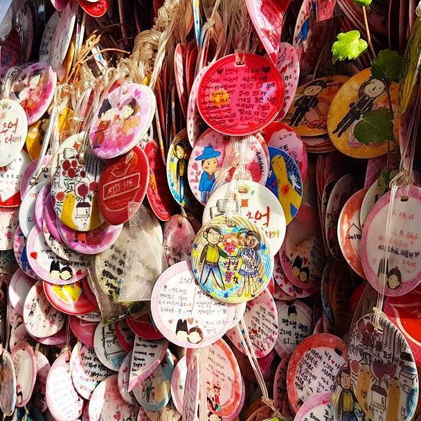 Love is all around me!  #love #korea #seoul #happy #traveltheworld #exploretocreate #ourplanetdaily #traveldaily #instatravel #worldtrip #worldpics #asia #seoul #insadong #goabroad #nomadephotographers #globetrotter #wanderlust #wakacje #findyourself #igerskorea #digitalnomad #weliketotravel #takemethere #pink #loveu