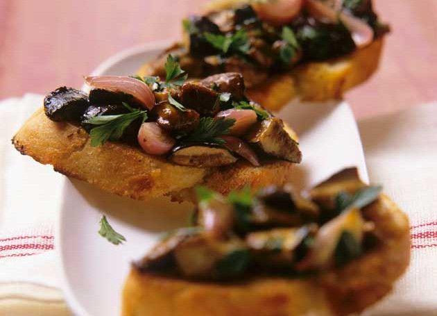 sandwich med sopp, løk og balsamico på fat