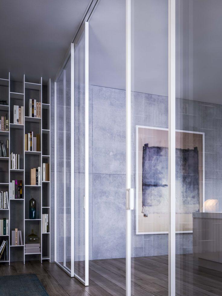 Porta scorrevole a quattro ante con binario incassato nel soffitto. Doppio vetro reflex chiaro e struttura in alluminio bianco