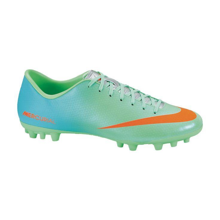 Το νέο μοντέλο ποδοσφαίρου Mercurial Victory της Nike, σε έντονο τυρκουάζ χρώμα με πορτοκαλί λεπτομέρειες, είναι ειδικό για τεχνητές και σκληρές επιφάνειες. Είναι πολύ ελαφρύ και έχει κατασκευαστεί για γρήγορους ρυθμούς παιχνιδιού. Εντυπωσιακό τόσο στην όψη, όσο και στη χρήση.