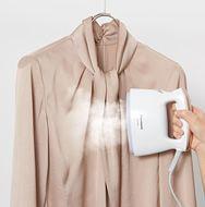 ハンガーにかけたまま、アイロンかけしにくい衣類もサッとシワとりできる「衣類スチーマー」の特長をご紹介します。パナソニックのアイロンのサイトです。